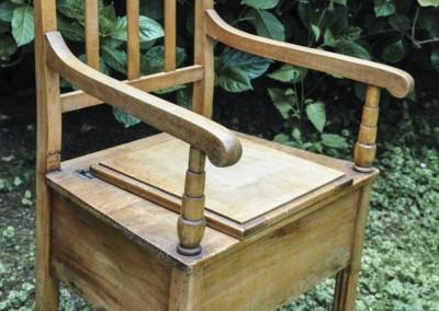 Grenier-LAtelier-des-Etoiles-37-Chaise-percée